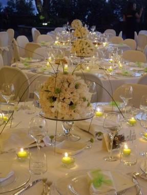 Ricevimenti in ville e location con composizioni floreali da centri tavolo realizzati in armonia - Composizioni floreali per tavoli ...